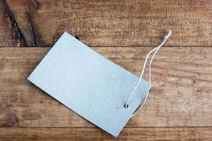etichetta grigia legata con lo spago. cartellino del prezzo foto