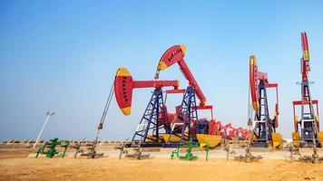giacimento di petrolio con unità di pompaggio foto