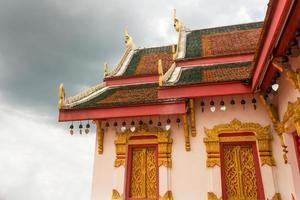 architettura nel buddismo e giorno nuvoloso foto