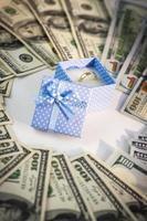 fede nuziale in scatola blu con dollari americani foto
