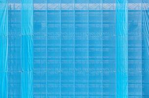 copertura in plastica blu vecchio edificio durante la ristrutturazione foto