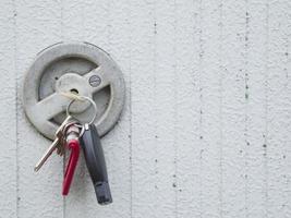 mazzo di chiavi alla serratura industriale foto