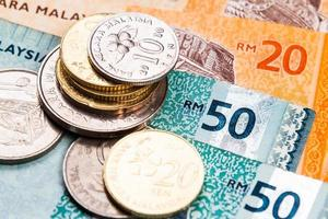 primo piano delle banconote e delle monete di valuta del ringgit della Malesia foto