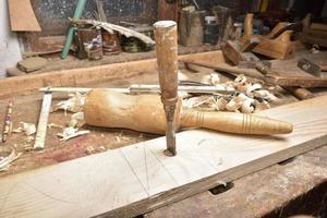 carpentiere che lavora con l'aereo su legno foto