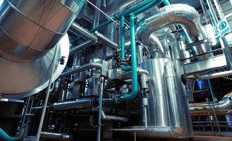 zona industriale, condutture in acciaio nei toni del blu foto