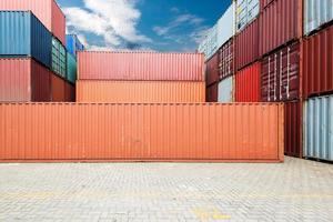 pila di container al molo foto