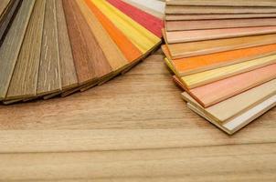 campioni di colore e consistenza del legno sopra il parquet foto