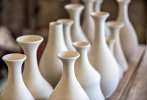scaffalatura con stoviglie in ceramica foto