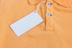 etichetta bianca vuota o tag attaccato sulla camicia foto
