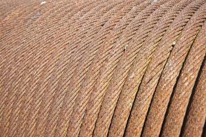 vecchio cavo d'acciaio avvolto in una bobina foto