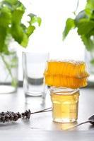 varietà di miele con pettine d'ape in un bicchiere jurs