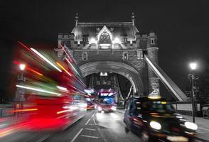 ponte della torre e mix di colori del traffico foto