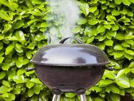 vecchio barbecue nero in uso foto