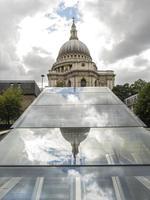 Londra St. la cattedrale di paul con riflessi moderni foto