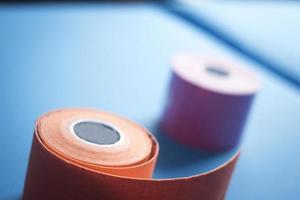 rotoli di bendaggio con nastro colorato per fisioterapia Physiotape foto