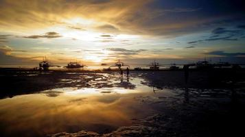 riflessione al crepuscolo sull'isola di malapascua, filippine foto