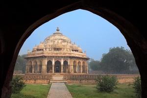 tomba di isa khan niyazi vista attraverso l'arco, complesso della tomba di humayun, foto