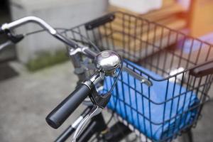 vecchia bicicletta vintage e punto di messa a fuoco selettiva foto