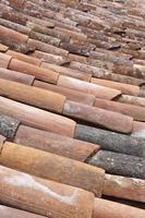 vecchio dettaglio del tetto di tegole di argilla in formato verticale