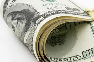 banconota da cento dollari con una clip su uno sfondo bianco foto