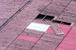 tetto di tegole vecchie danneggiato, necessità di sostituzione. foto