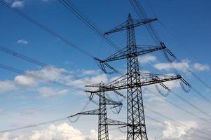 pilone di elettricità contro il cielo blu foto