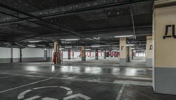 parcheggio vuoto a muro. sfondo urbano, industriale foto