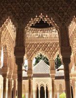 ornamento scolpito antico sulle colonne in alhambra, spagna foto