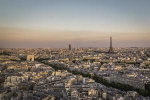 tramonto su parigi con la torre eiffel foto
