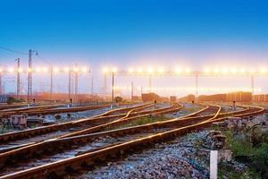piattaforma del treno merci al tramonto con il contenitore foto