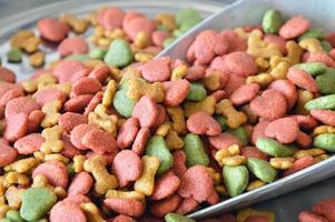 cibo per animali in paletta di ferro su bilancia foto