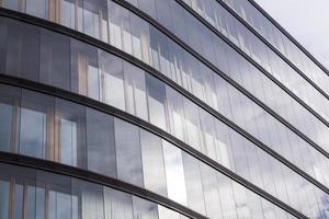 linee astratte della facciata e riflessione del vetro su un edificio moderno, foto