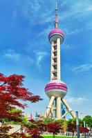 torre orientale della perla sul fondo del cielo blu. foto