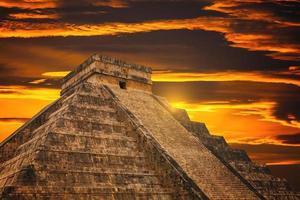 Piramide di Kukulkan nel sito di Chichen Itza foto
