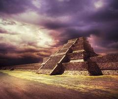 composito fotografico della piramide azteca, Messico foto
