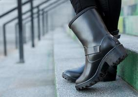 Close up di eleganti scarpe da donna stivali. concetto di calzature outdoor