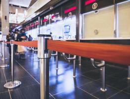 corsia di attesa con biglietteria alla stazione ferroviaria foto