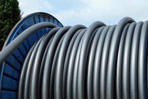avvolgere il cavo verso l'infrastruttura elettrica nella centrale elettrica foto