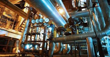 zona industriale, condutture in acciaio, valvole e pompe foto