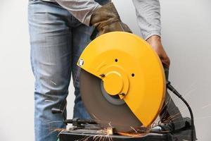 macchina che taglia un oggetto metallico. foto