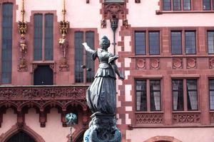 statua della signora giustizia davanti al romer foto