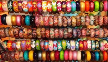 fondo di legno del braccialetto in negozio asiatico foto