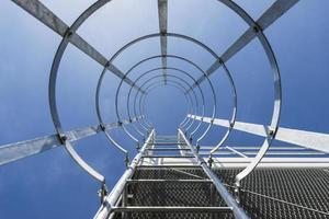 scala che porta alla cima di un industriale foto