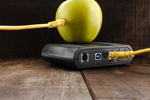 mela verde collegata a una rete dati e un router foto