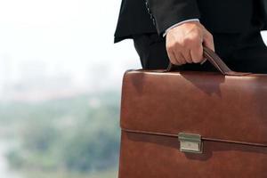 uomo d'affari con valigetta foto