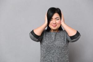 donna che copre le orecchie foto