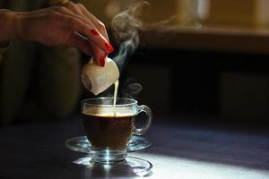 caffè con panna sul tavolo foto
