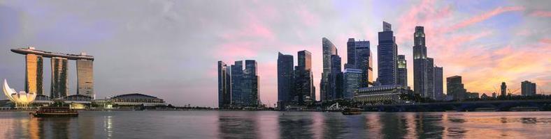 tramonto sopra panorama dell'orizzonte di Singapore foto