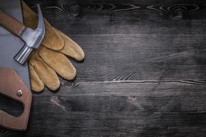 set di copyspace di guanti in pelle di sicurezza martello da carpentiere sega foto