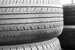 pneumatici per auto nel deposito di pneumatici per scaffali foto